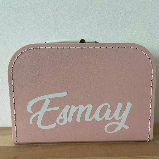 kinderkoffertje met naam, lettertype Esmay, kinderkoffertje okergeel, kinderkoffertje Esmay, liefsvanlauren.nl