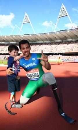 28jul2013---fa-de-atletismo-garoto-rio-woolf-tieta-brasileiro-alan-fonteles-em-londres-1375044506941_300x500