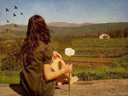 mulher de costas flor na mão