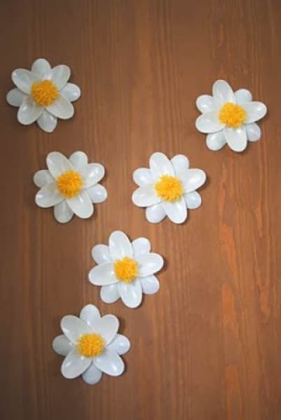 10 clever crafts using plastic spoons - Simple daisies