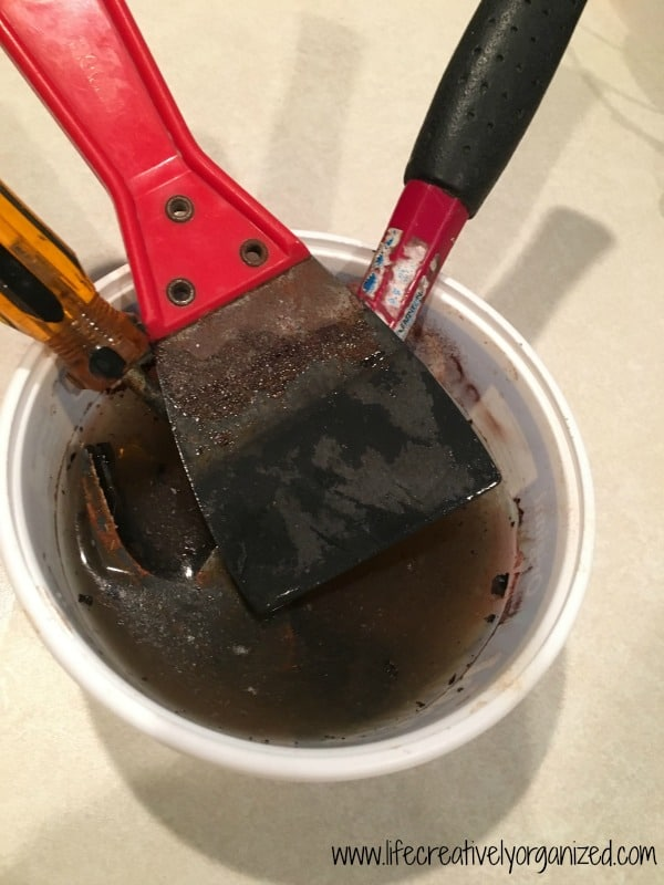 Do you have rusty tools that have seen better days? Here's a scrub-free, easy 1-ingredient way to remove rust from tools so they look great again.
