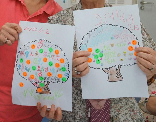 老友記參加「抑鬱解讀──長者快樂生活行動計劃」舉辦的「互助關懷小組」,親手繪畫了「生命樹」。