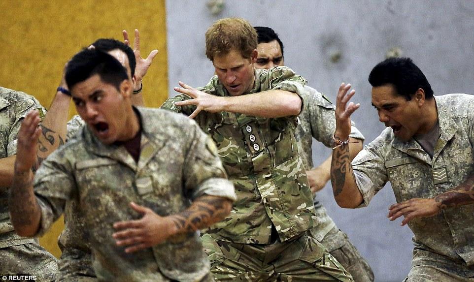 英國哈里王子2015年訪問新西蘭時,也跟該國士兵一起跳哈卡舞。