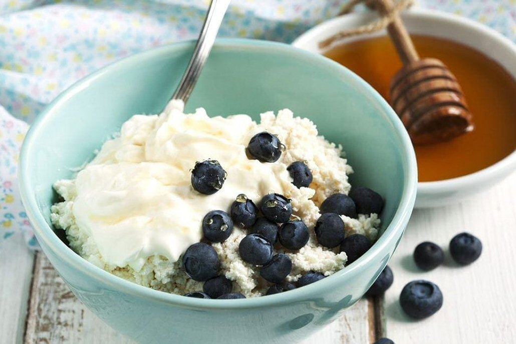 Cottage cheese can be as filling as eggs. So if you don't care for eggs, pair the cottage cheese with cinnamon, nuts, fruit, or seeds. #NoEggs #CottageCheese #AddFruit #HealthyProtein