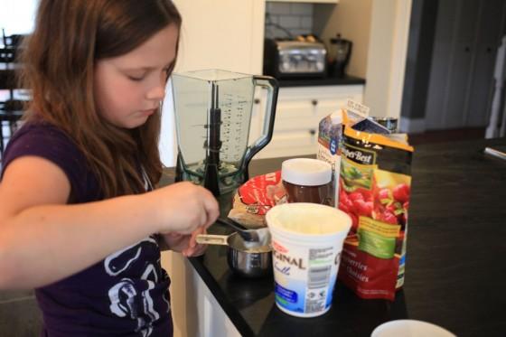 making nutella raspberry smoothie