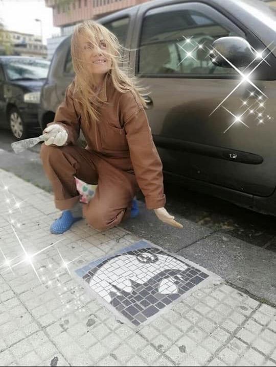 Irina Balaeva (Irma) mentre esegue un mosaico a Messina.  Progetto : I tappeti di Irma