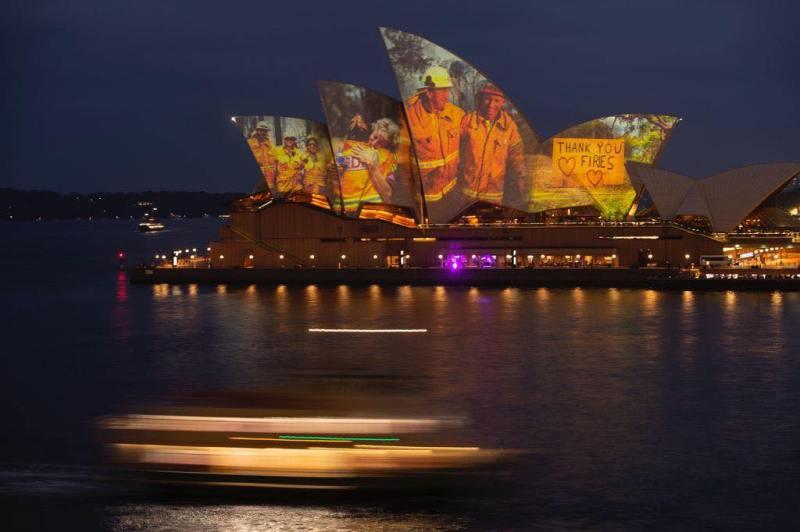 Fotografie sulla vele della Sydney Opera House per le comunità australiane colpite dagli incendi e per i pompieri impegnati nella loro difesa.