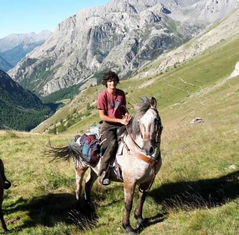 """Edoardo Paolo Motta a cavallo. Il Cowboy di Genova """"Sogno un'azienda agricola tutta mia o con gli amici.  Le possibilità sono tante.  Il mio futuro è  comunque legato alla natura""""."""