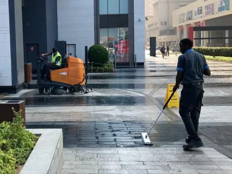 Rengøringsfolk gør gågaden klar inden butikkerne åbner