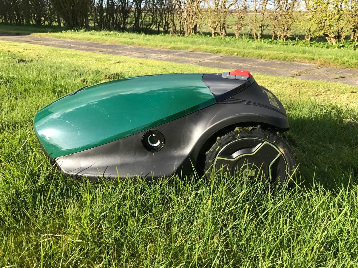Robotten i haven styrer græsslåning...