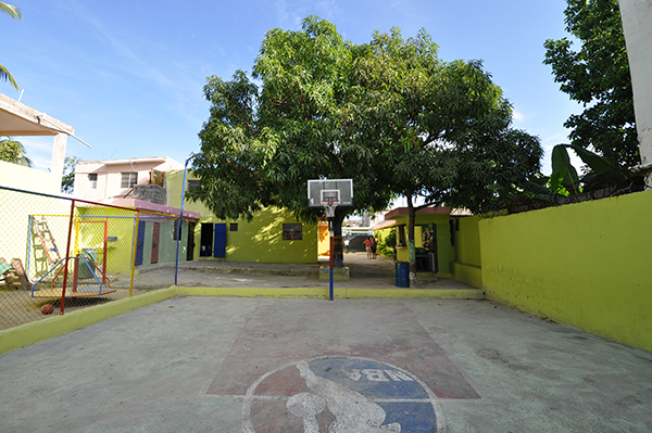 The mango tree in the central courtyard of Colegio Crisitano Marileidy