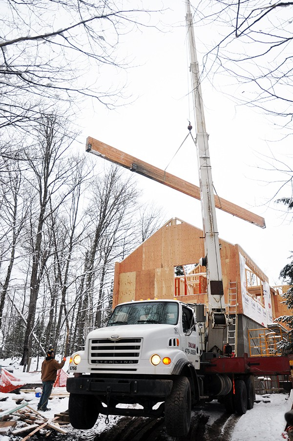 Cabin lifting the glulam beam over the cabin