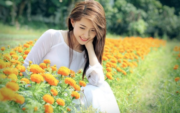 Beautiful-Girls-With-Flowers-Field-HD-Wallpapers