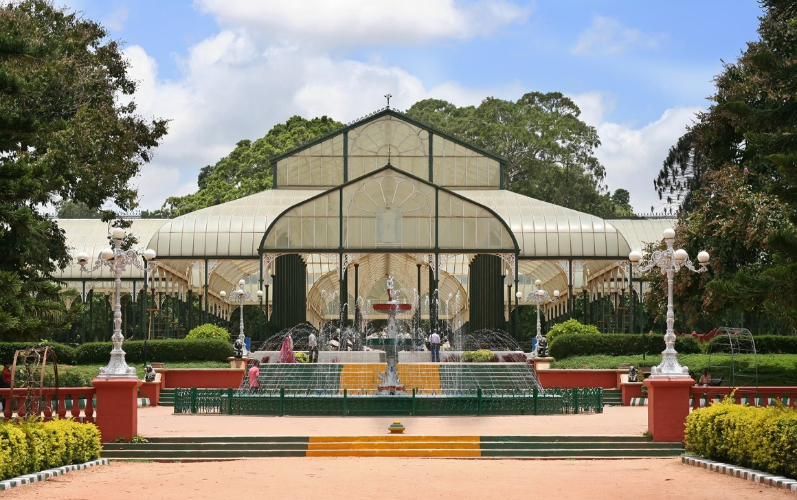 Glasshouse_and_fountain_at_lalbagh.jpg