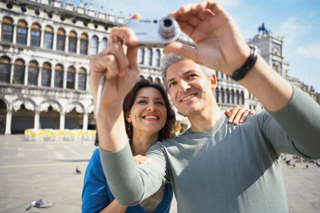 couple travelling taking selfies