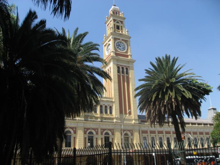 Fachada da estação com o relógio semelhante ao Big Ben