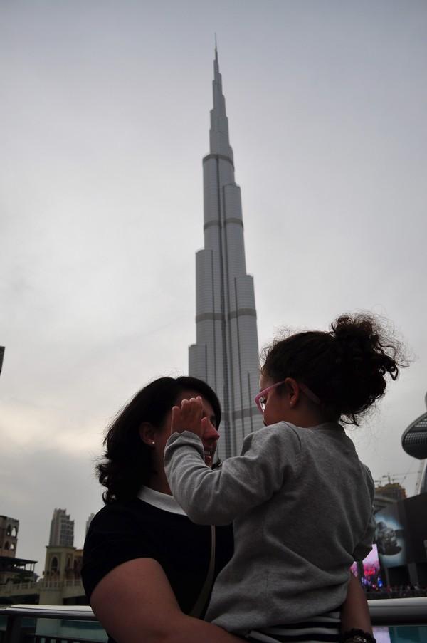 Dubai de graça - Vista do Burj Khalifa nas fontes do Dubai Mall
