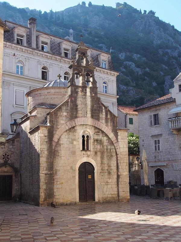Kotor Montenegro - Igrejas da cidade e a muralha quase invisivel ao fundo