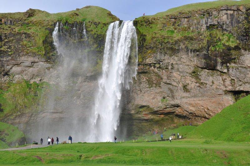 viagem islandia seljalandsfoss - um parque com várias cachoeiras