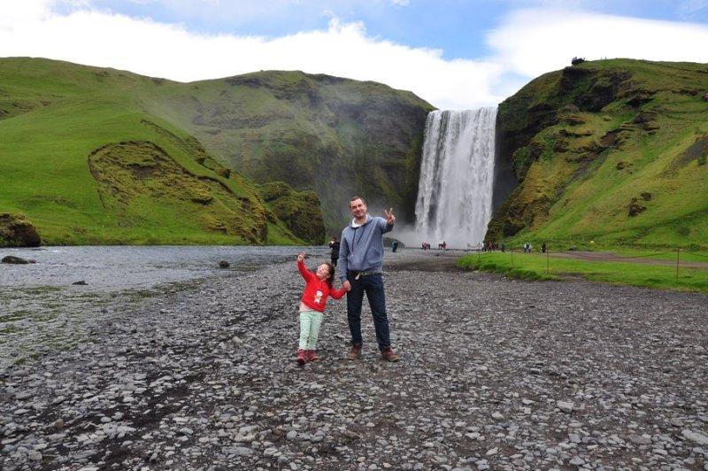 viagem islandia skógafoss - perto da cachoeira