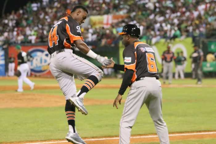 Mateo y Valdez lideran explosiva ofensiva para primera victoria Toros