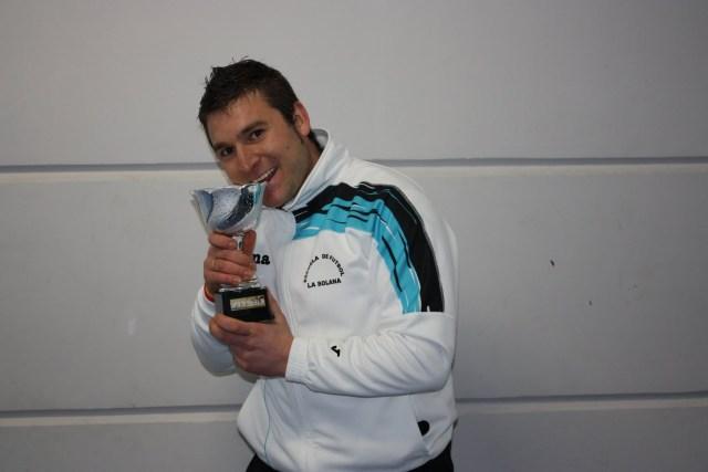 Pedro Sánchez con el Trofeo de ganador de la Copa 2011