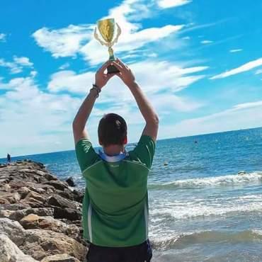 Juanito alza su Trofeo Taronja en la playa de Valencia