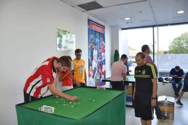 Juanito trata de seguir al líder de esta liga mostoleña, Javi Silva