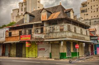 Auch dies ist Mauritius, einfache bauten neben großen Villen