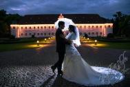 H18L0106 1034 - After Wedding Shooting Teil 2 - outdoor, hochzeitsfotos, allgemein, afterwedding, abseits-des-alltags - Hochzeitsfotos, Geschenke, Frauen, Draußen, After wedding