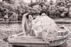 H18L0106 477 - After Wedding Shooting Teil 2 - outdoor, hochzeitsfotos, allgemein, afterwedding, abseits-des-alltags - Hochzeitsfotos, Geschenke, Frauen, Draußen, After wedding