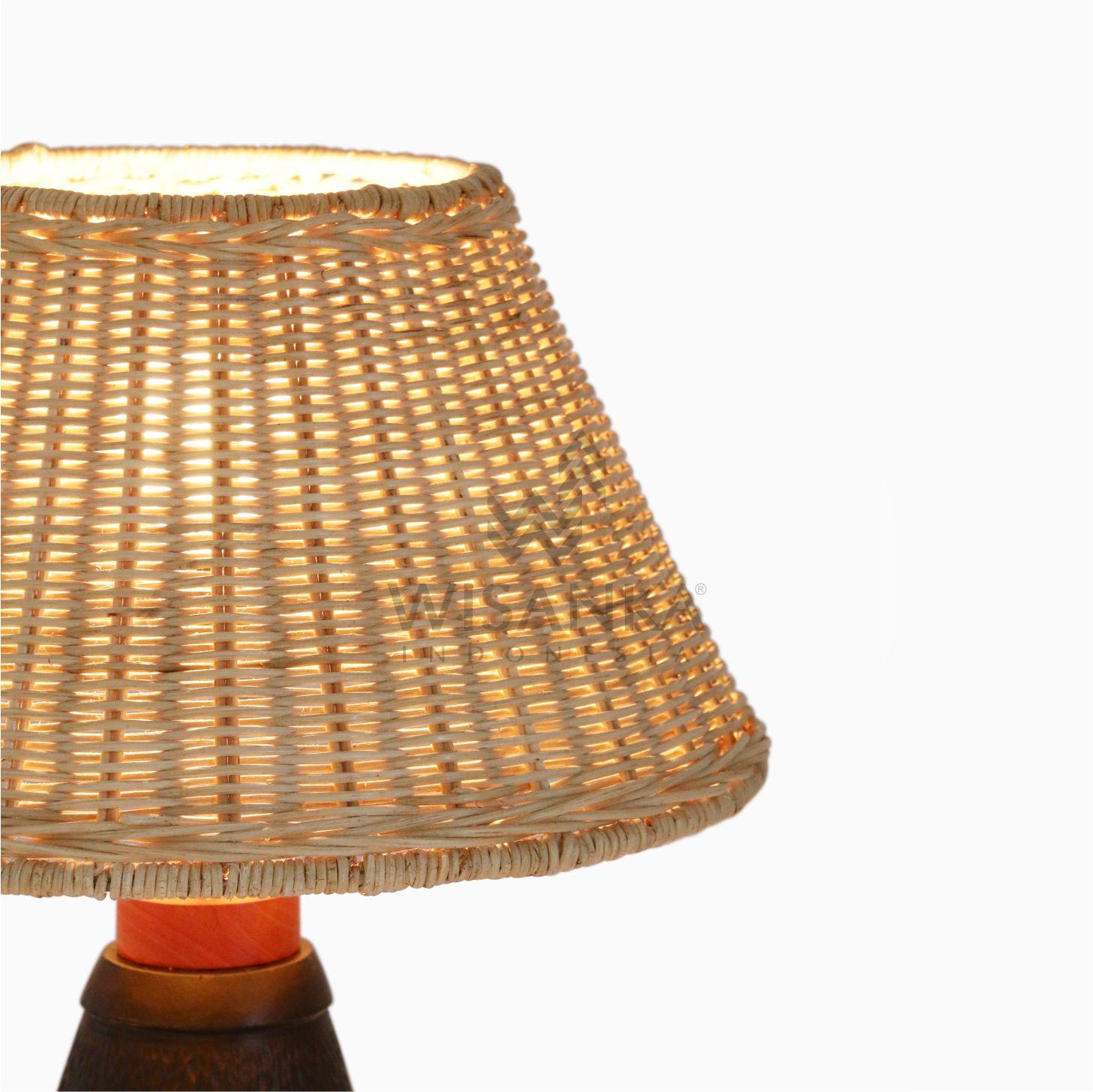 Lampada Da Tavolo Artigianale In Rattan Naturale Pepa Illuminazione Per Vivere