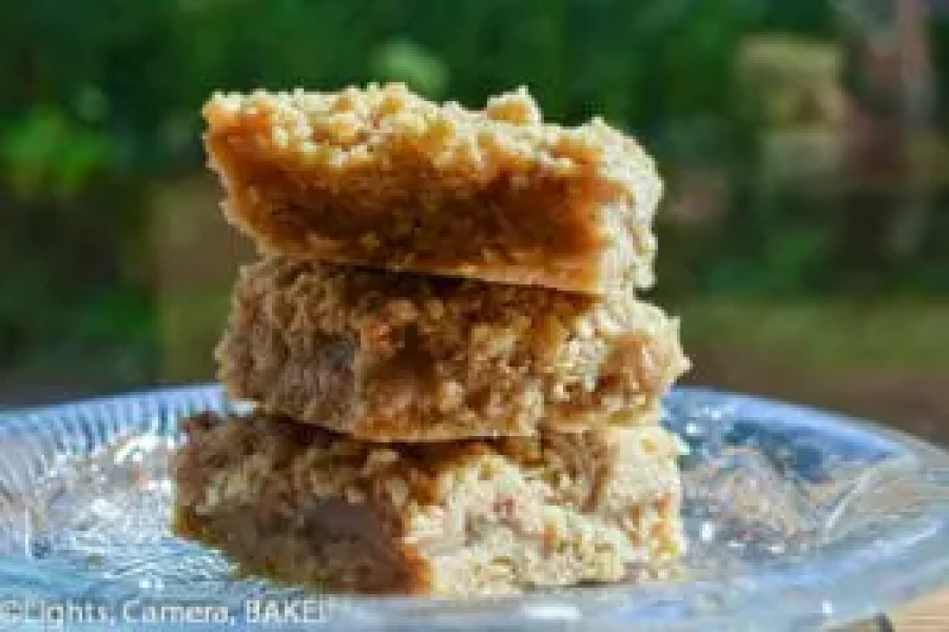 Apple Crumble Slice. Tastes similar to the beloved dessert. Filled with apple and cinnamon goodness. Click the photo for the recipe. #fall #breakfast