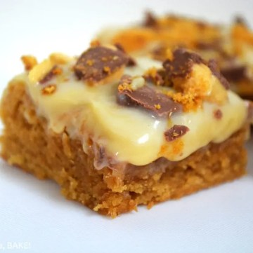 Gooey Butterscotch Cookie Bars. Chewy, gooey, butterscotch cookie bars topped with buttery caramel and finished off with white chocolate and Crunchie Bars. #butterscotchbars #butterscotchpudding #butterscotchcaramelbars #caramelcookiebars #whitechocolate