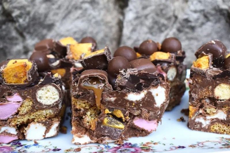 Honeycomb Rocky Road is broken pieces of digestive biscuits, marshmallows, caramel filled chocolate and honeycomb all wrapped up in melted chocolate! #rockyroadrecipe #honeycombrockyroad #crunchie #caramelchocolate #rockyroad #honeycombrockyroadrecipe #chocolaterockyroad #caramelrockyroad