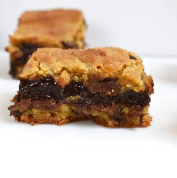 Chocolate Fudge Stuffed Cookie Bars are soft and gooey cookie bars with a quick and easy chocolate fudge running through the middle. #chocolatefudgecookiebars #chocolatefudge #easychocolatefudge #fudgecookiebars #chocolatechipcookiebars #cookies #chocolatechipfudgecookiebars