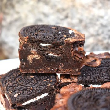 Oreo Brownies are rich and fudgy brownies filled with plenty of crisp Oreos. The contrast of fudgy brownies and crunchy Oreos is perfect. #oreos #oreobrownies #fudgybrownies #orebrowniesrecipe #bestfudgybrownies #fudgyoreobrownies
