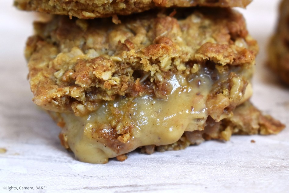 Caramel Apple Crumble Bars are a chewy and crumbly oat bars with cinnamon apple filling and a homemade caramel sauce. #caramelslice #carameloatbars #applecrumblebars #caramelapples #caramelappleslice #caramelapplebars