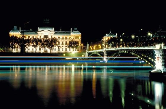 Pont et Université de Lyon, France - Conception lumière : Louis Clair et Roland Jéol - Photo : Vincent Laganier