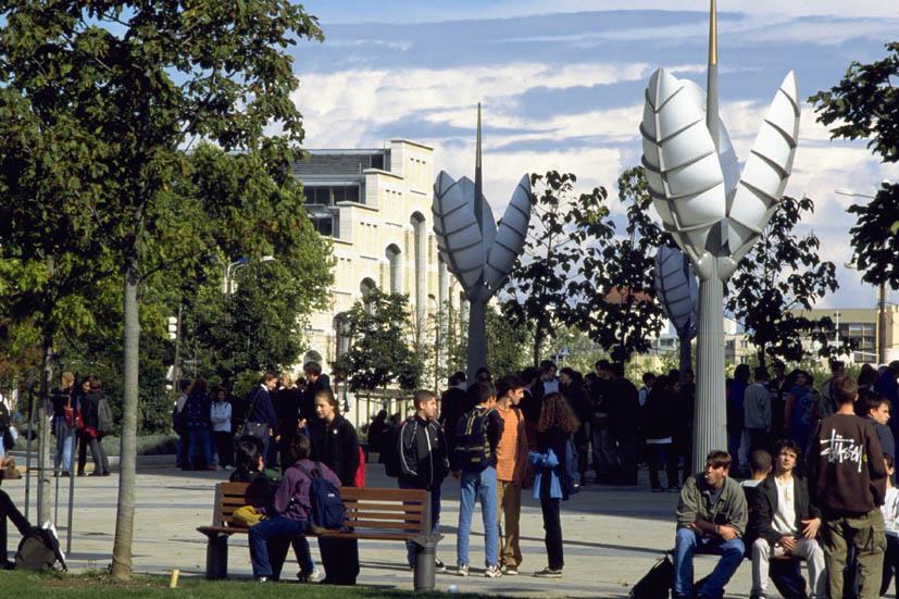 Mobilier lumière contemporain sur une place publique, quartier de Gerland, Lyon