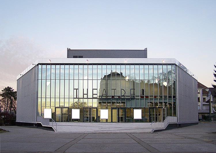 Façade principale de la place, de jour - Théâtre Novarina, Thonon-les-Bains, France © WIMM architectes