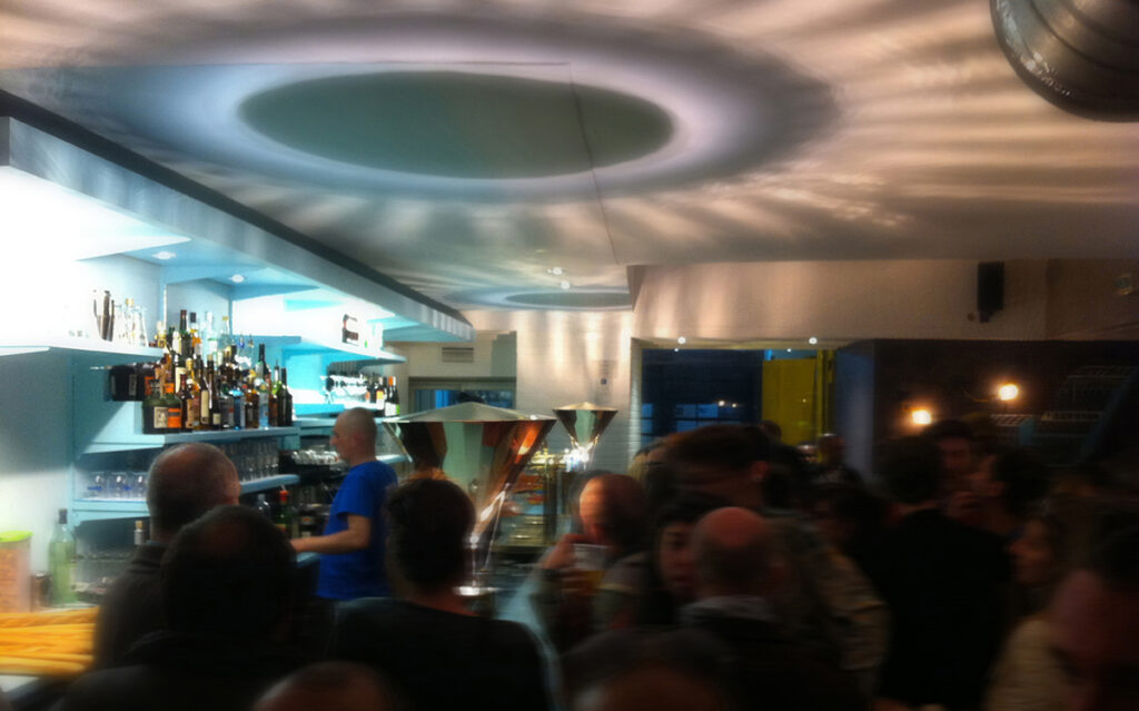 Caf K, Nantes, France ambiance, vue de nuit, comptoir de bar avec La gloriette - Design et photo : RICH