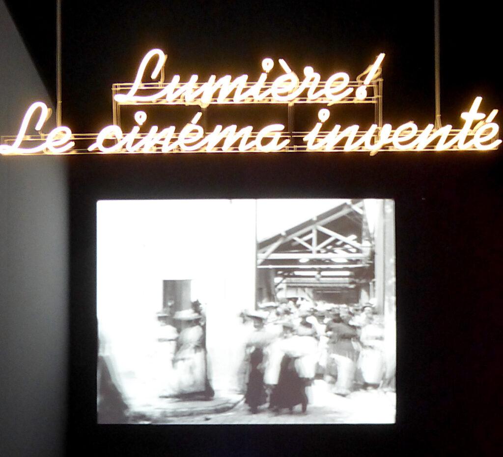 Lumière ! Le cinéma inventé - Entrée de l'exposition - Premier film Lumière - Scénographie : Agence NC - Photo : Vincent Laganier