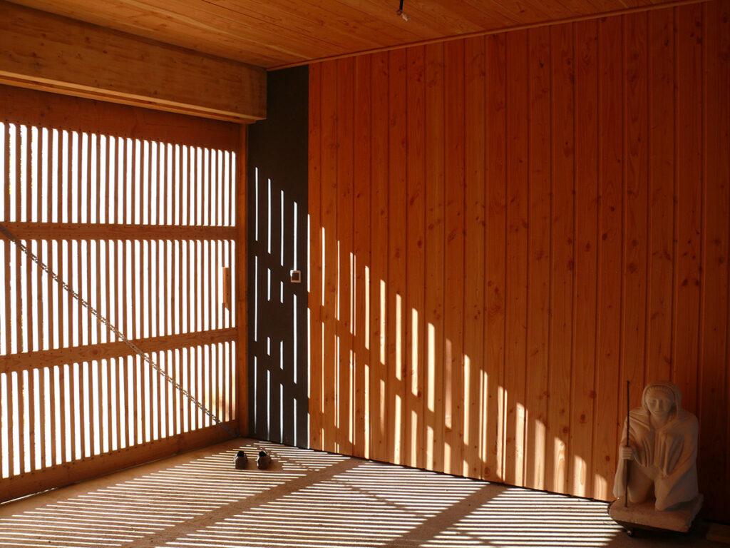 Espace abrité, côté Est - Maison passive pour jeunes retraités, Gouesnac'h, Finistère - Architecte et photo : Katia Hervouet, OGMA Architecture