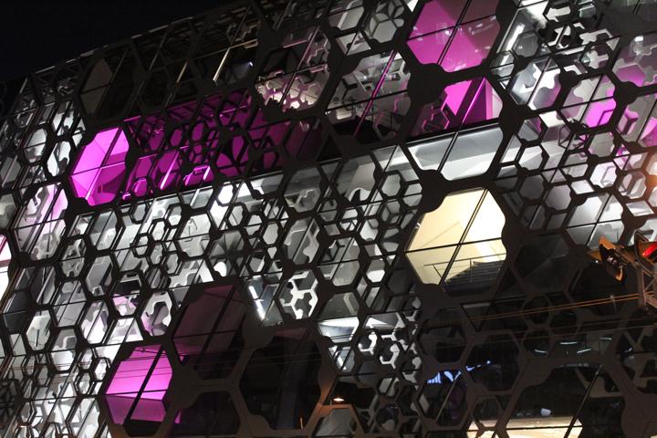 Façade en couleur de Liverpool  - Conception lumière et photo Victor Palacio