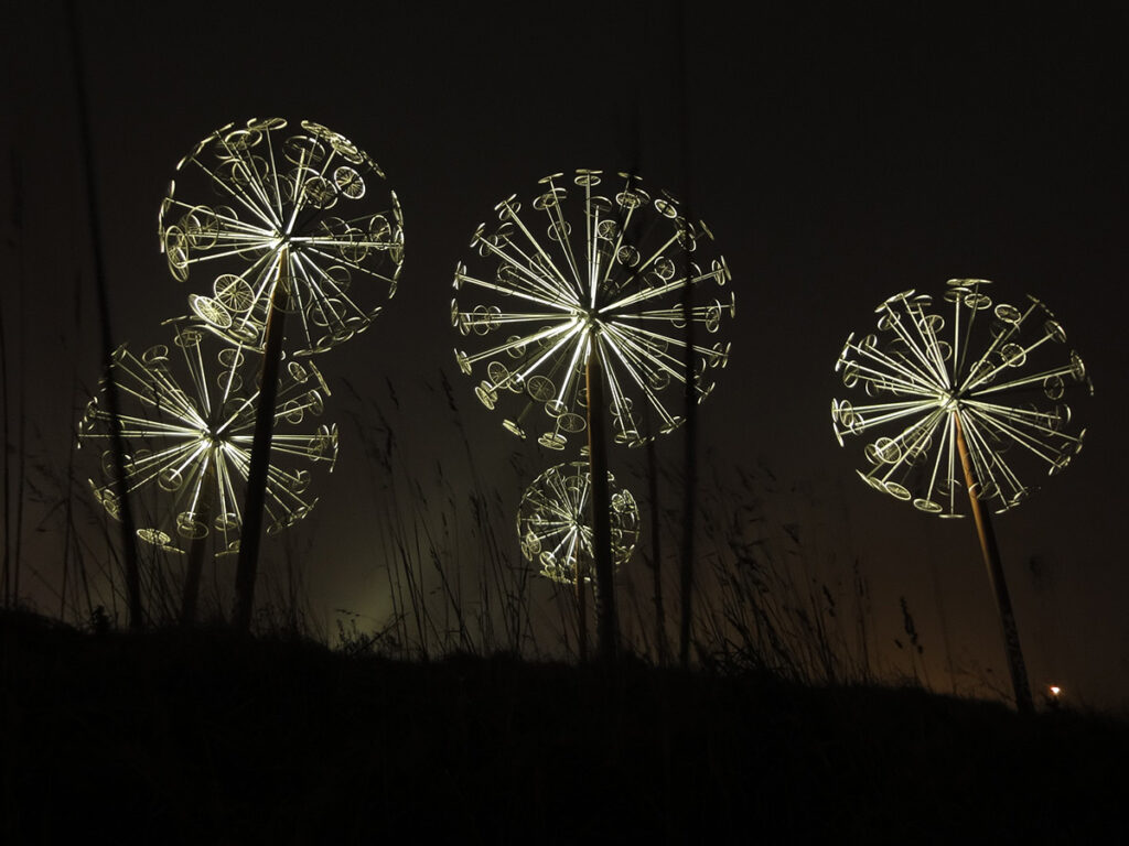 Les Pissenlits, Villeneuve d'Ascq, France - Sculpture Alix Petit - Conception lumière et photo Virginie Nicolas