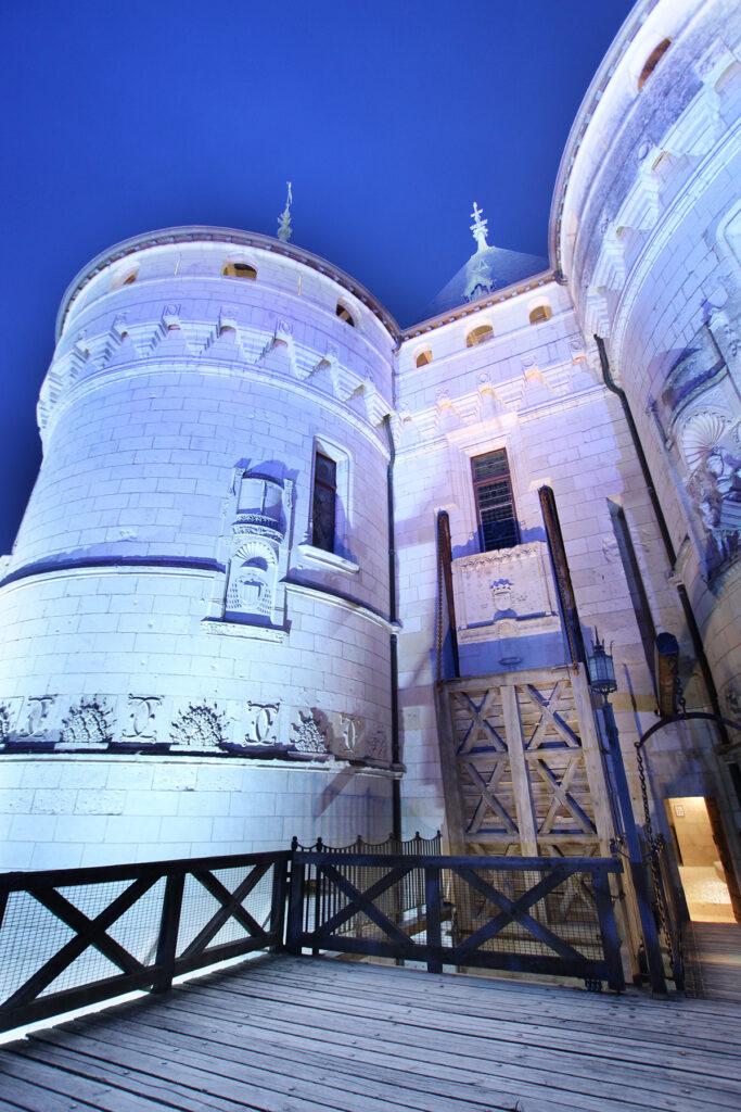 Vue du pied de l'entrée - Château de Chaumont-sur-Loire, France - Conception lumière et photo Neolight