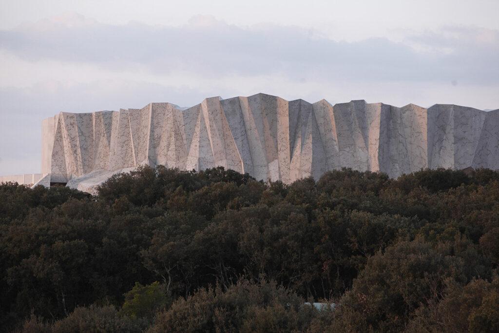 Vue lointaine - Caverne du Pont d'Arc, Ardèche © Fabre-Speller Architectes, Atelier 3A, F. Neau, Scène, Sycpa - Photo Patrick Aventurier