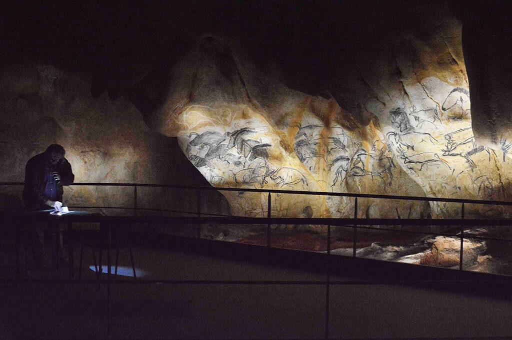 Pendant les réglages lumière du panneau des chevaux © Ponctuelle - Caverne du Pont d'Arc