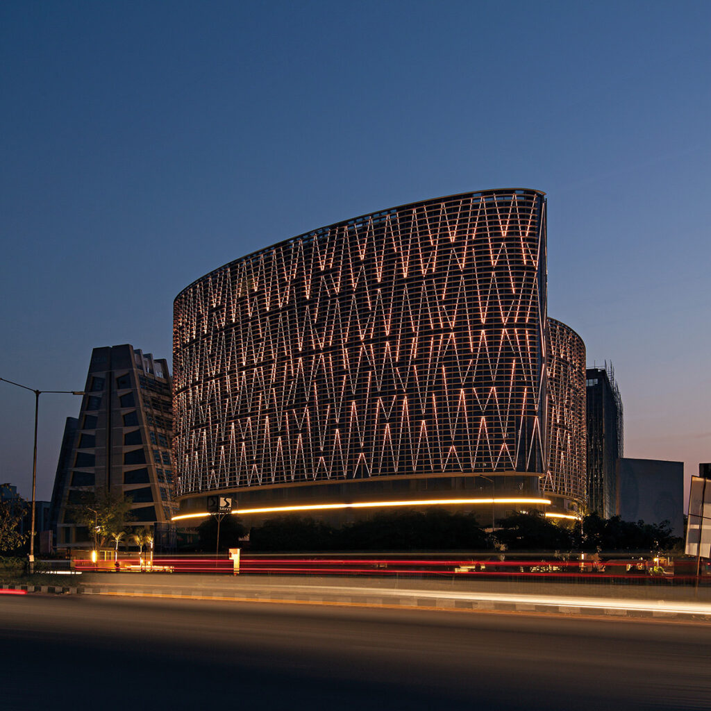 Vue au crépuscule - Mondeal Square, Ahmedabad, Inde © Blocher Blocher Partners Architecture and Design